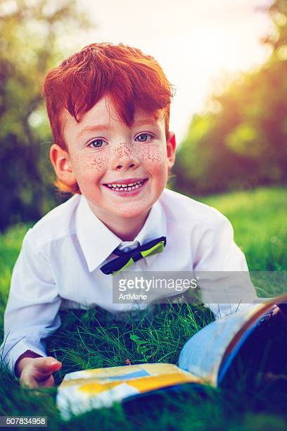 Rotes Haar Junge im Freien