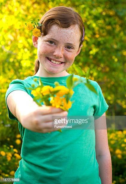 Cabelo Ruivo Menina com flores, criança obrigado & Dia da Mãe ramo