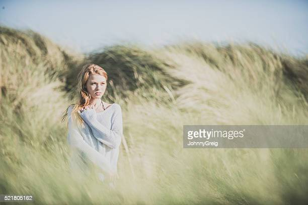 Rotes Haar Mädchen in den Dünen