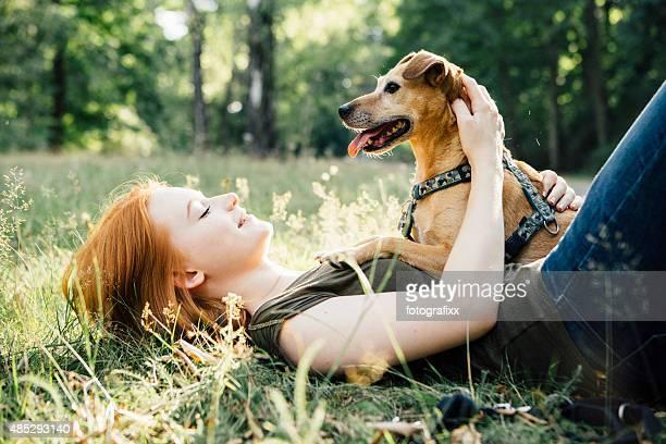 Rotes Haar Teenager-Mädchen und Ihr Hund Spaß im Freien