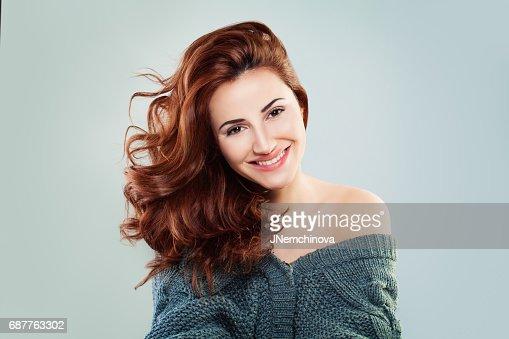 Rousse femme mode modèle souriant. Jolie fille sur fond gris : Photo