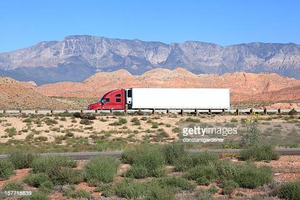 Rouge, blanc et bleu, transport de marchandises par route dans le désert de l'autoroute