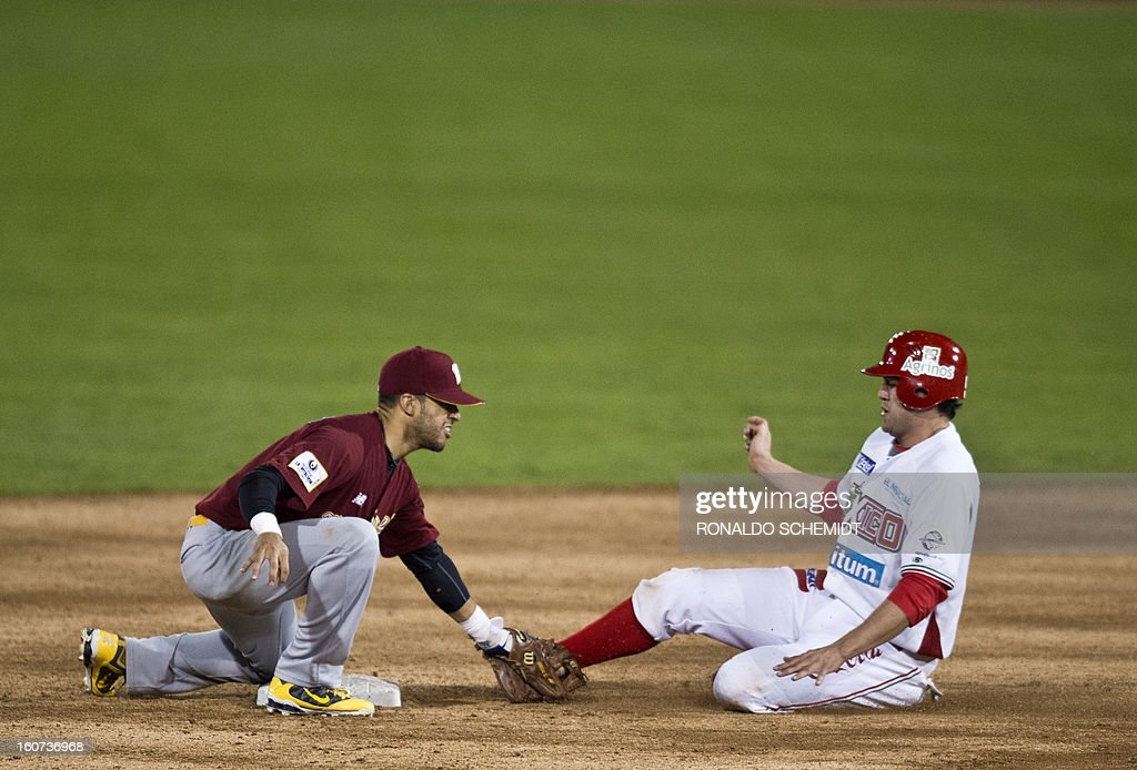 Reegie Corona (L) of Magallanes of Venezuela tags out Agustin Murillo (R) of Yaquis de Obregon of Mexico on second base during the 2013 Caribbean baseball series, on February 4, 2013, in Hermosillo, Sonora State, in the northern of Mexico. AFP PHOTO/Ronaldo Schemidt
