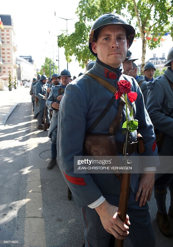 Reenactors dressed as French soldiers are pictured before the remembrance of the centenary of the battle of Verdun, on May 27, 2016 in Verdun, eastern France. / AFP / JEAN
