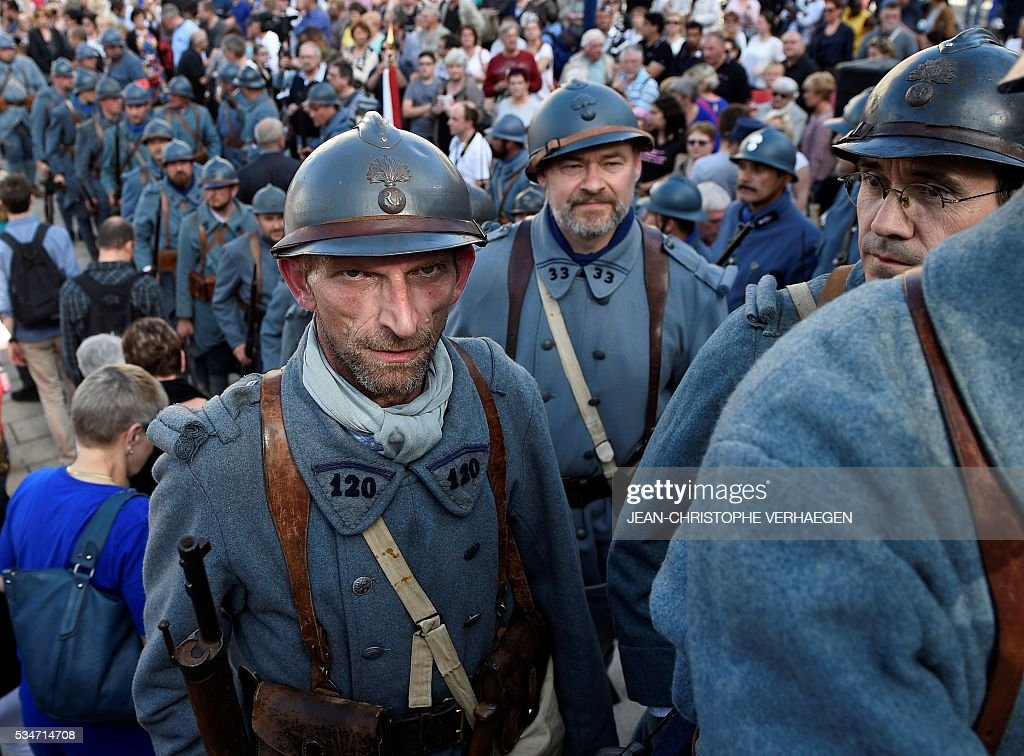 Reenactors dressed as French soldiers are pictured in front of at the Victory Monument before the remembrance of the centenary of the battle of Verdun, on May 27, 2016 in Verdun, eastern France. / AFP / JEAN