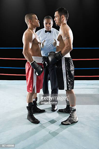 Arbitre et un boxer face à face