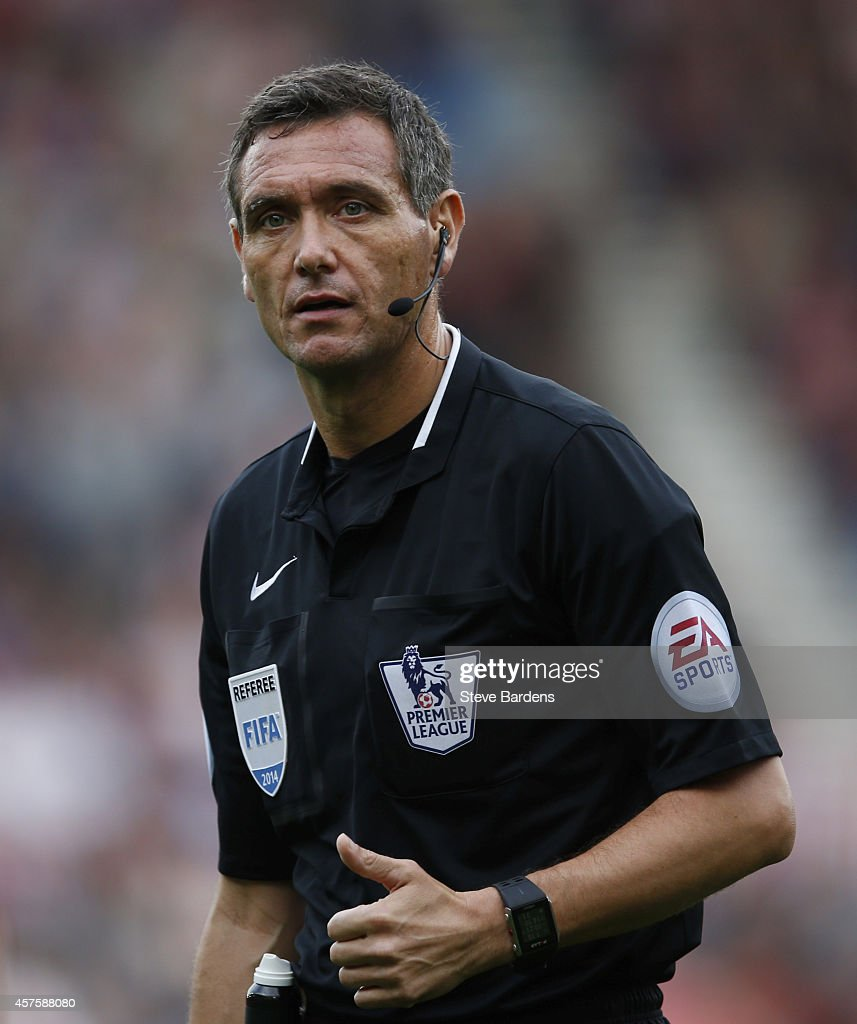 Referee Andre Marriner during the Barclays Premier League match between Southampton and Sunderland at St Mary's Stadium on October 18 2014 in...