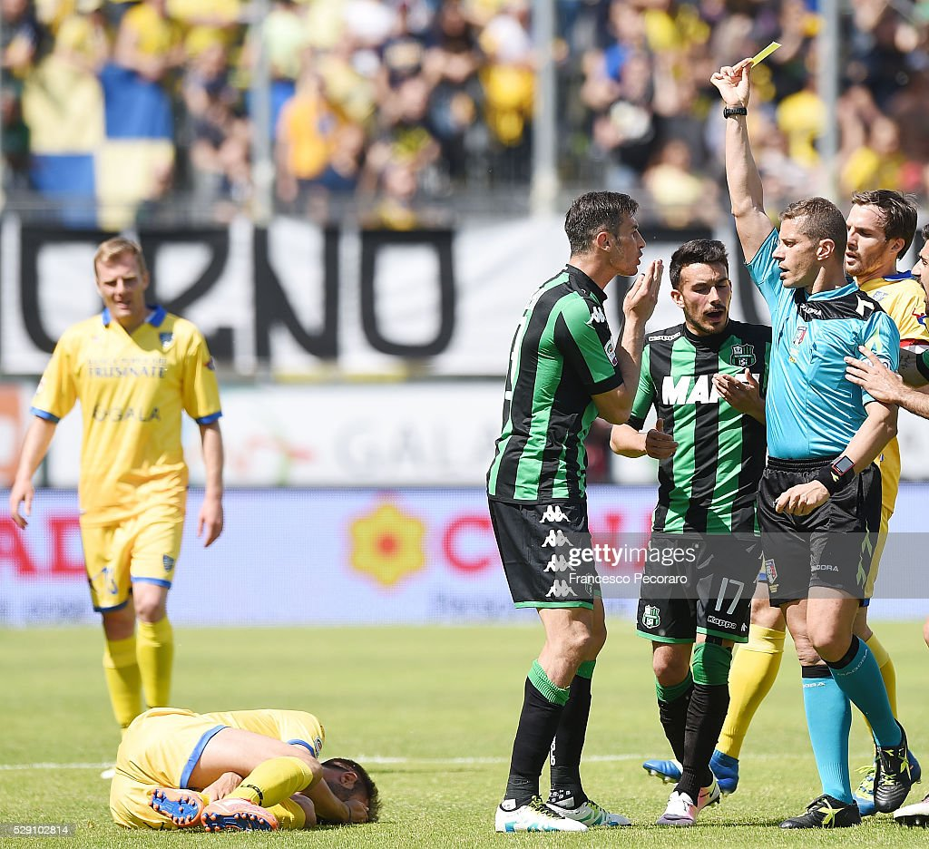 Referee Angelo Cervellera shows the yellow card to <a gi-track='captionPersonalityLinkClicked' href=/galleries/search?phrase=Federico+Peluso&family=editorial&specificpeople=6336600 ng-click='$event.stopPropagation()'>Federico Peluso</a> during the Serie A match between Frosinone Calcio and US Sassuolo calcio at Stadio Matusa on May 8, 2016 in Frosinone, Italy.