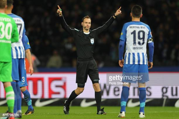 Referee Bastian Dankert awards Moenchengladbach a penalty following video referee check during the Bundesliga match between Hertha BSC and Borussia...