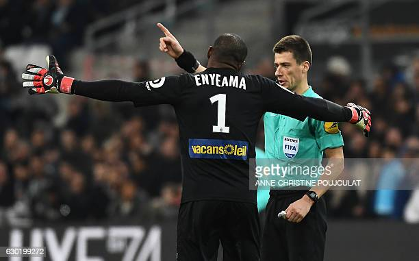 Referee Benoit Bastien talks to Lille's Nigerian goalkeeper Vincent Enyeama during the French L1 football match Marseille vs Lille on December 18...