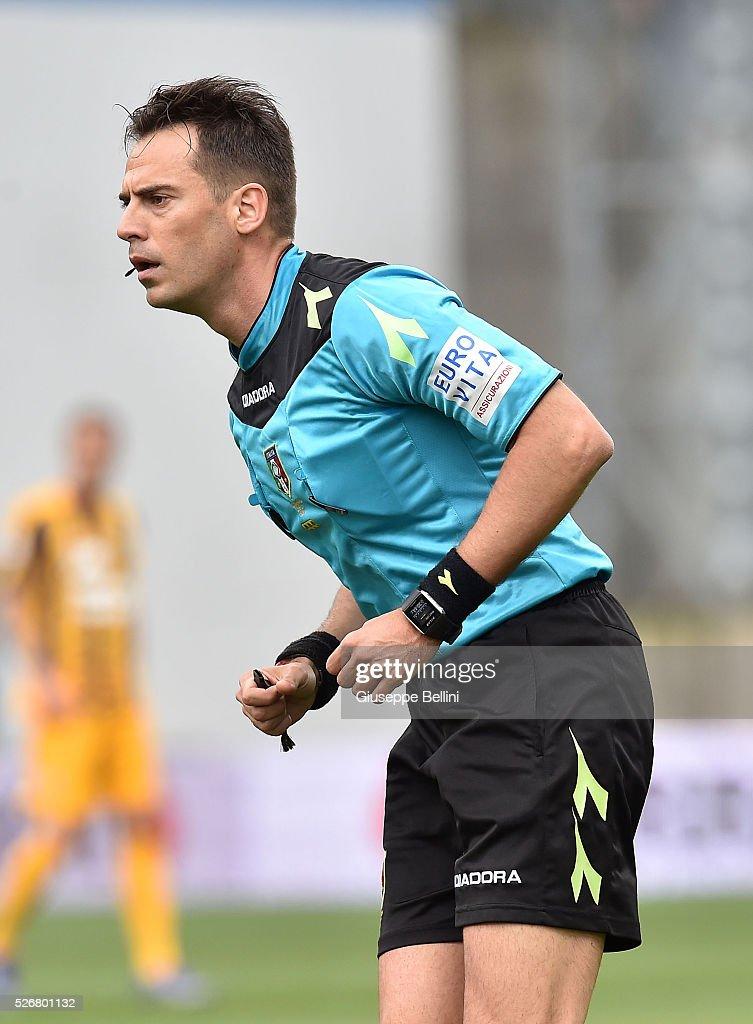 Referee Claudio Gavillucci during the Serie A match between US Sassuolo Calcio and Hellas Verona FC at Mapei Stadium - Citt���� del Tricolore on May 1, 2016 in Reggio nell'Emilia, Italy