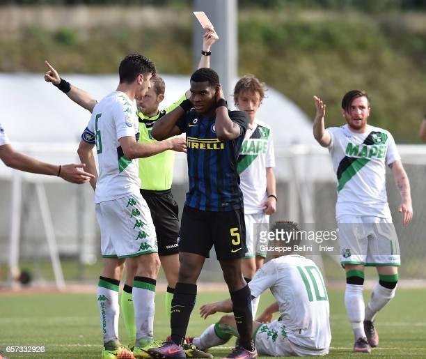 Referee Daniel Amabile shows the red card to Andreaw Gravillon of FC Internazionale during the Viareggio juvenile tournament match between FC...