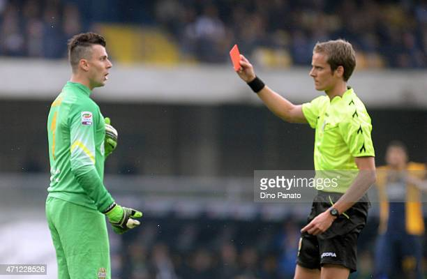Referee Daniele Chiffi shows a red card to Rafael De Andrade goalkeeper of Hellas Verona during the Serie A match between Hellas Verona FC and US...