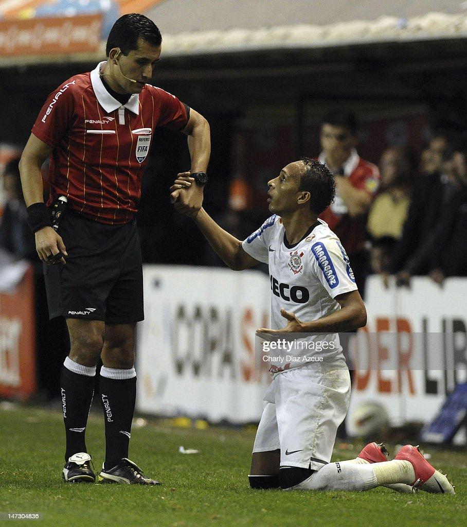 Boca Juniors v Corinthians - Copa Libertadores 2012