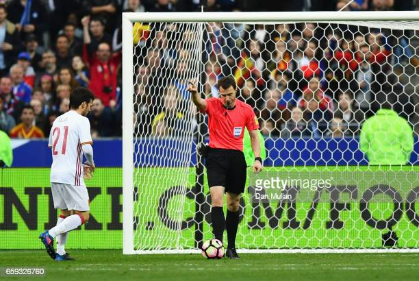 Referee Felix Zwayer awards Spain's second goal by Gerard Deulofeu after a review during the International Friendly match between France and Spain at...