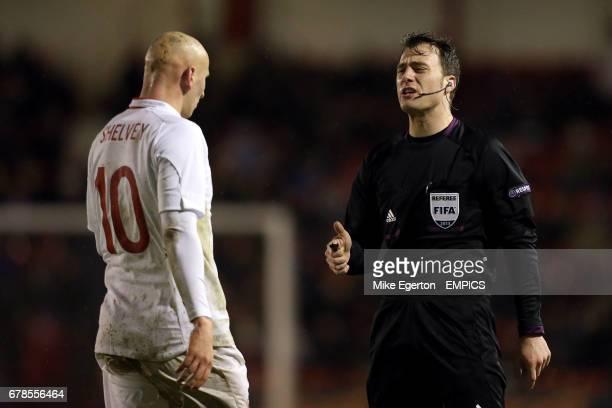 Referee Felix Zwayer speaks with England U21s Jonjo Shelvey