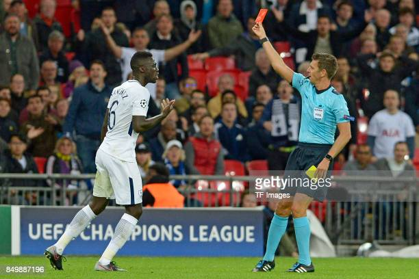 Referee Gianluca Rocchi show Jan Vertonghen of Tottenham and nicht im Bild die gelb rote Karte Davinson Sanchez of Tottenham and links protestiert...