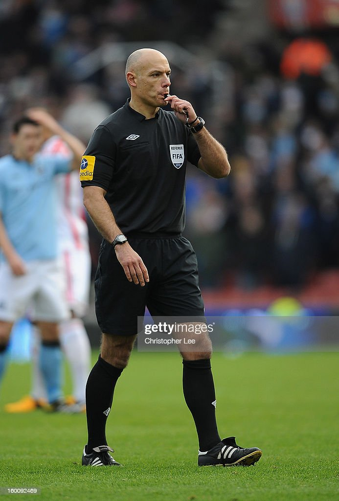 Referee <a gi-track='captionPersonalityLinkClicked' href=/galleries/search?phrase=Howard+Webb&family=editorial&specificpeople=647148 ng-click='$event.stopPropagation()'>Howard Webb</a> during the FA Cup Fourth Round match between Stoke City and Manchester City at Britannia Stadium on January 26, 2013 in Stoke on Trent, England.
