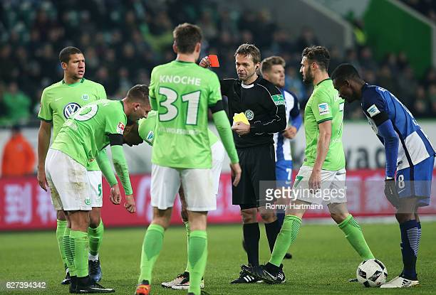 Referee Jochen Drees shows Paul Seguin of Wolfsburg a red card and sents him off during the Bundesliga match between VfL Wolfsburg and Hertha BSC at...