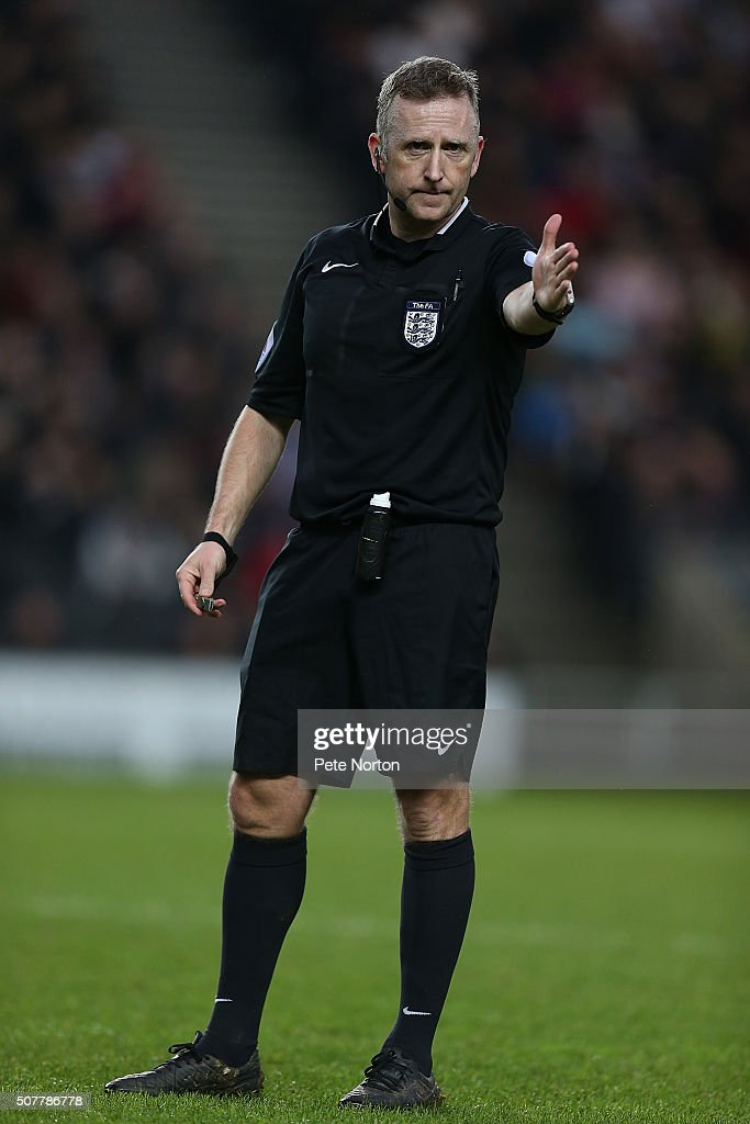 Referee <a gi-track='captionPersonalityLinkClicked' href=/galleries/search?phrase=Jonathan+Moss+-+Arbitro+di+calcio&family=editorial&specificpeople=14630509 ng-click='$event.stopPropagation()'>Jonathan Moss</a> in action during The Emirates FA Cup Fourth Round match between Milton Keynes Dons and Chelsea at Stadium mk on January 31, 2016 in Milton Keynes, England.