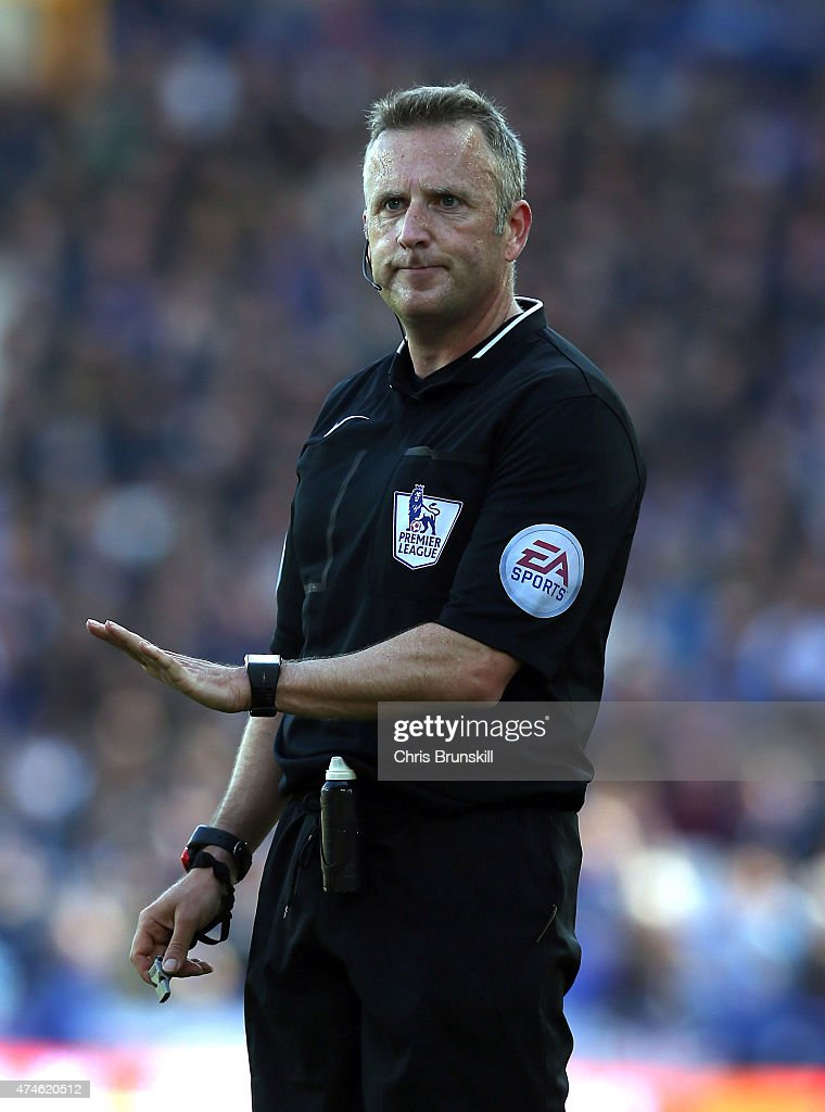 Referee <a gi-track='captionPersonalityLinkClicked' href=/galleries/search?phrase=Jonathan+Moss+-+Arbitro+di+calcio&family=editorial&specificpeople=14630509 ng-click='$event.stopPropagation()'>Jonathan Moss</a> looks on during the Barclays Premier League match between Everton and Tottenham Hotspur at Goodison Park on May 24, 2015 in Liverpool, England.