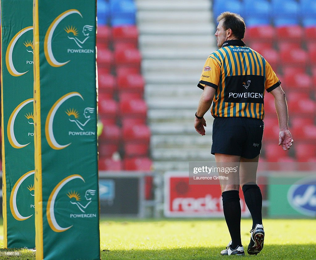 fotos e imagens de swinton lions v wigan warriors getty images referee karl kirkpatrick keeps an eye on the action during the powergen challenge cup quarter