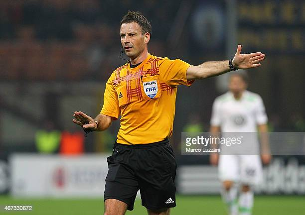 Referee Mark Clattenburg gestures during the UEFA Europa League Round of 16 match between FC Internazionale Milano and VfL Wolfsburg at Stadio...