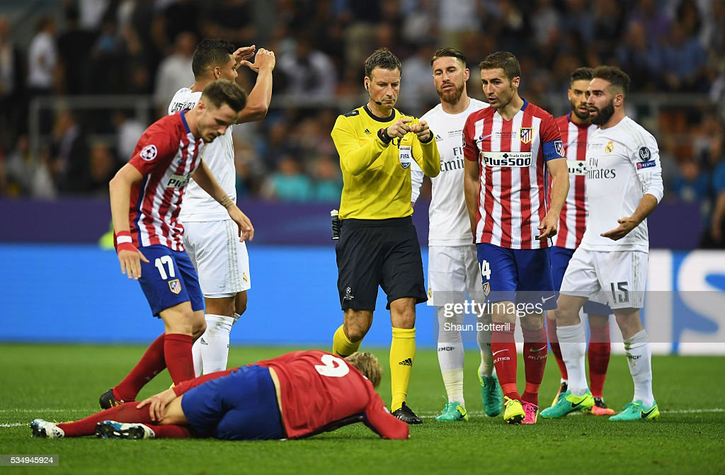 Referee <a gi-track='captionPersonalityLinkClicked' href=/galleries/search?phrase=Mark+Clattenburg&family=editorial&specificpeople=2108870 ng-click='$event.stopPropagation()'>Mark Clattenburg</a> gives a penalty to Club Atletico de Madrid during the UEFA Champions League Final match between Real Madrid and Club Atletico de Madrid at Stadio Giuseppe Meazza on May 28, 2016 in Milan, Italy.