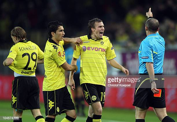 Referee Michael Dean of England has shown Marcel Schmelzer the red card and discusses with Nuri Sahin and Kevin grosskreutz during the UEFA Europa...