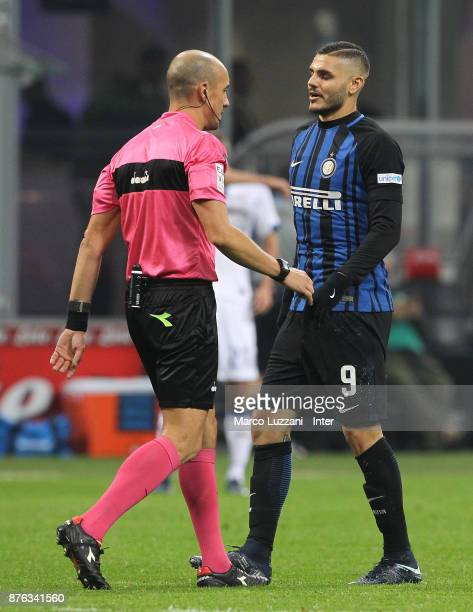 Referee Michael Fabbri speaks with Mauro Icardi of FC Internazionale during the Serie A match between FC Internazionale and Atalanta BC at Stadio...
