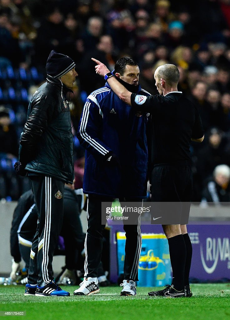 Referee Mike Dean sends Sunderland manager Gus Poyet (c) to the stand during the Barclays Premier League match between Hull City and Sunderland at KC Stadium on March 3, 2015 in Hull, England.