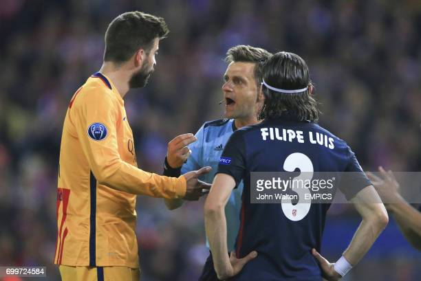 Referee Nicola Rizzoli speaks with Barcelona's Gerard Pique and Atletico Madrid's Filipe Luis