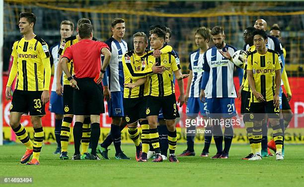 Referee Patrick Ittrich shows Emre Mor of Dortmund the red card during the Bundesliga match between Borussia Dortmund and Hertha BSC at Signal Iduna...