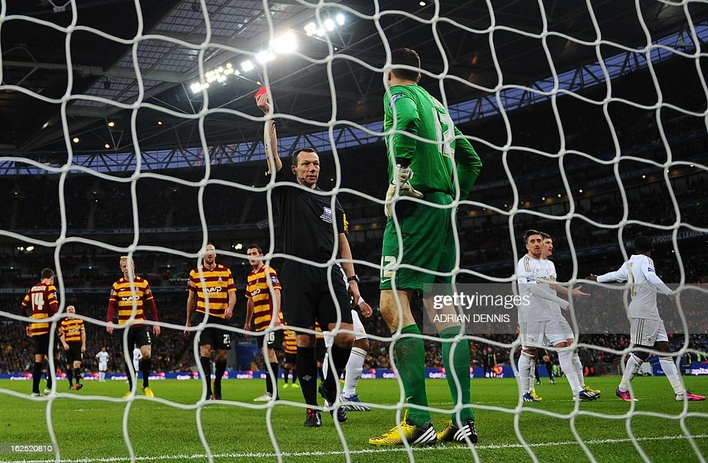 """Referee Phil Parkinson (L) shows a red card to Bradford City's English goalkeeper Matt Duke (R) for a foul on Swansea City's Canadian-born Dutch midfielder Jonathan de Guzman (2nd L) during the League Cup final football match between Bradford City and Swansea City at Wembley Stadium in London, England on February 24, 2013. AFP PHOTO/ADRIAN DENNIS USE. No use with unauthorized audio, video, data, fixture lists, club/league logos or """"live"""" services. Online in-match use limited to 45 images, no video emulation. No use in betting, games or single club/league/player publications."""