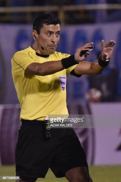 Referee Roberto Tobar gestures during the Copa Libertadores football match between Wilsterman of Bolivia and Argentina's Atletico Tucuman at Felix...