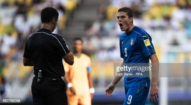 Referee Roddy Zambrano argues with Andrea Favilli of Italy during the FIFA U20 World Cup Korea Republic 2017 Quarter Final match between Italy and...