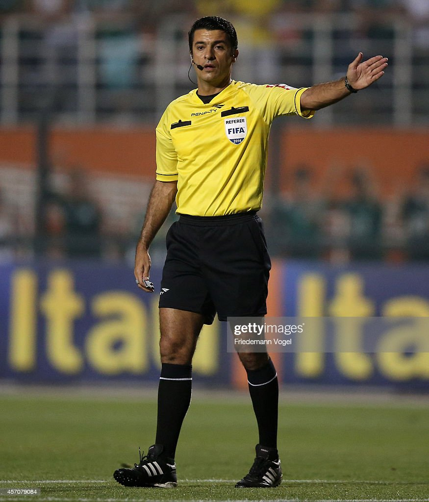Referee Sandro Meira Ricci gives advise during the match between Palmeiras and Gremio for the Brazilian Series A 2014 at Estadio do Pacaembu on October 11, 2014 in Sao Paulo, Brazil.