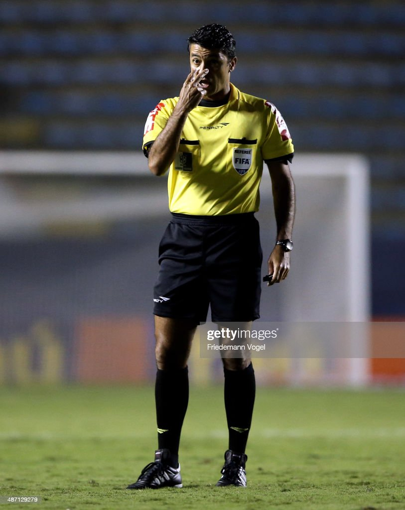 Referee Sandro Meira Ricci gives advise during the match between Figueirense and Bahia for the Brazilian Series A 2014 at Arena Barueri on April 27, 2014 in Barueri, Brazil.