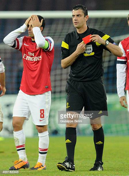 Referee Viktor Kassai shows the red card to Mikel Arteta of Arsenal during the UEFA Champions League Group F match between SSC Napoli and Arsenal at...
