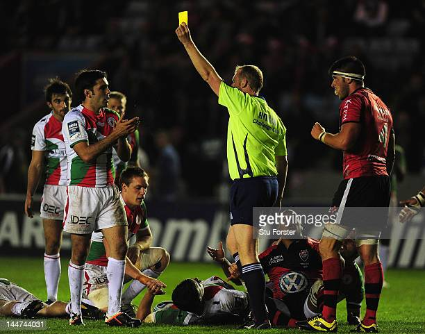 Referee Wayne Barnes shows the yellow card to Steffon Armitage of Toulon as Dimitri Yachvili of Biarritz applauds his decision during the Amlin...