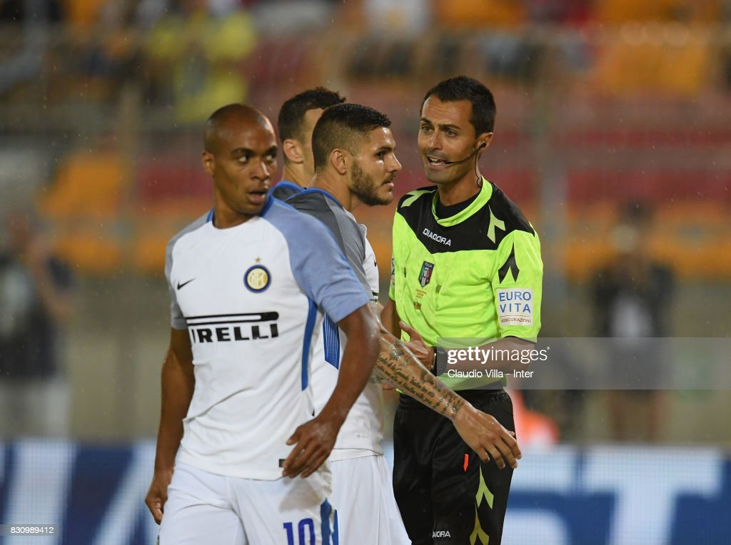 Refereee Marco Di Bello (R) and Mauro Icardi of FC Internazionale chat during the Pre-Season Friendly match between FC Internazionale and Real Betis at Stadio Via del Mare on August 12, 2017 in Lecce, Italy.