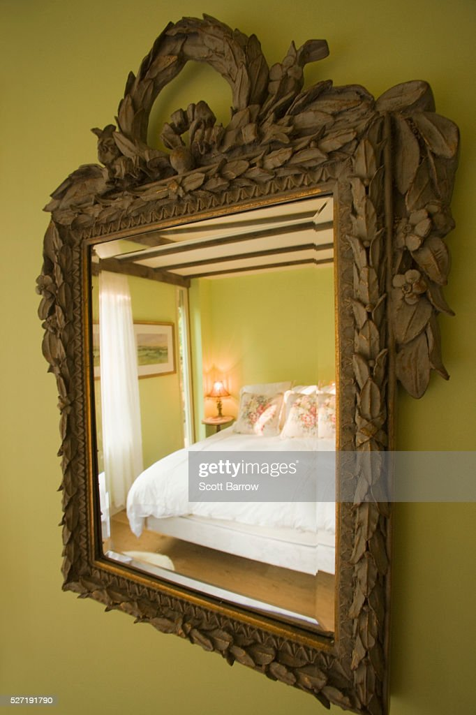 Reflection of bed in mirror : Foto de stock