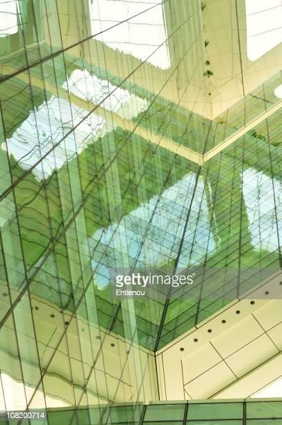 Reflexion der Gebäude aus Glas