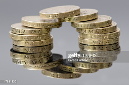 Reflection of sterling pound coins making a circle : ストックフォト