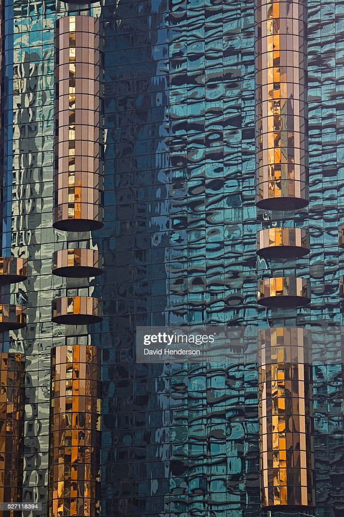 Reflections in the mirrored surface of a skyscraper : Foto de stock