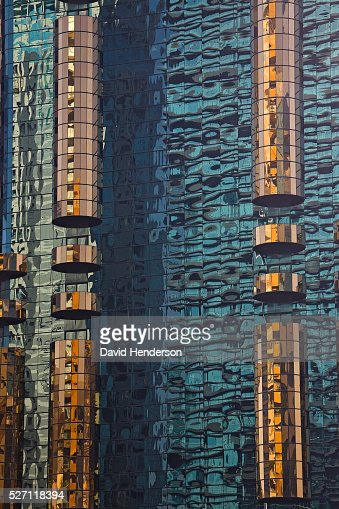 Reflections in the mirrored surface of a skyscraper : Stock-Foto