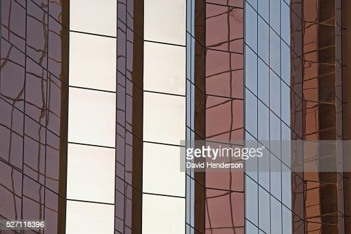 Reflections on a mirrored skyscraper : Stockfoto