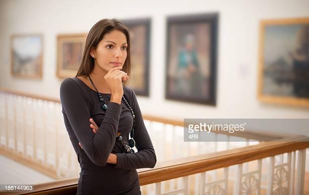 Riflettente donna in una galleria d'arte (XXXL