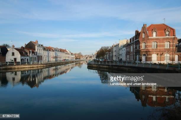 Reflet d'habitations dans le Nord de la France