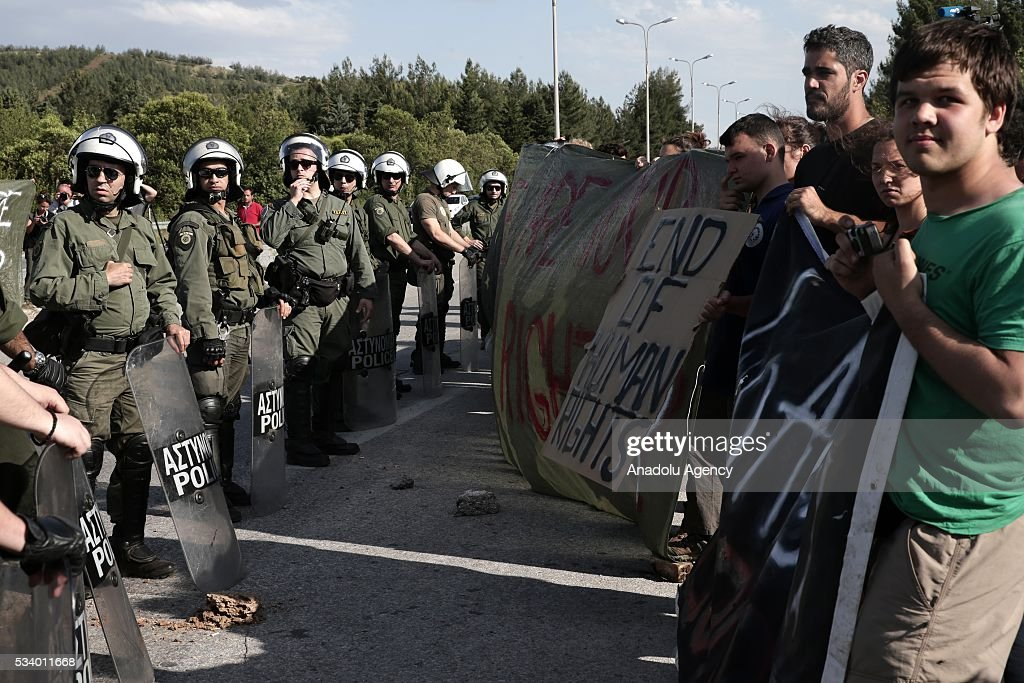 Refugees protest as Greek police began to evacuate the makeshift refugee camp at the Greek-Macedonian border near the northern Greek village of Idomeni on May 24, 2016